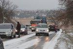 Silnice v Česku budou namrzat a schovají se v mlze. Sledujte radar Blesku