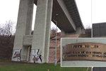 """Obrácená lampa pod Nuselským mostem svítí do nebe: Kinterovo """"memento mori"""" je pomníkem sebevrahů"""