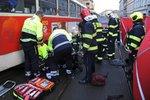 Tramvaj v Radlické srazila stařenku (82): Zůstala zaklíněná pod koly, skončila v nemocnici