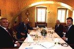 Zeman vzal na šunku a telecí s šéfy parlamentu i Mynáře. Kubera stihl 16 cigaret