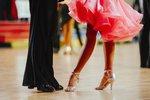 Na plesovou sezonu je třeba se vybavit nejen krásnými šaty, ale roli zde hrají i správné boty. Při jejich výběru nekoukejte jen na vnější stránku. Sexy boty na vysokém podpatku vám totiž budou k ničemu, pokud chcete být královnou parketu. My jsme pro vás našly boty, které jsou stylové a zároveň pohodlné!