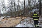 U Hořejšího rybníka v Hloubětíně se valila voda. Policie uzavřela část silnice