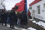 Srbové řádili na benzince u D1: Kradli zboží a posprejovali zeď! Policie zadržela dva z nich