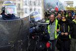 Protesty žlutých vest Francii nabraly na síle. A demonstrant přišel o čtyři prsty