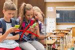 Zakážou mobily školákům? Děti jsou kvůli nim jak zombie a rodiče stíhačky, zlobí se učitelé