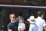 Herečka Anne Hathaway, její muž Adam Shulman a syn Jonathan