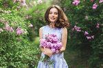 Jarní šaty jsou už v obchodech! Letos vedou zavinovací modely a látkové pásky