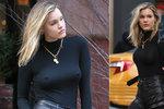 Sexy modelka venku bez podprsenky: Zima jí poškádlila bradavky!