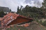 Škody po vichřicích stouply loni na dvojnásobek. Vítr odnášel slepice, ploty i střechy