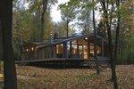 Lesní domov zdobí dřevo a výhledy do krajiny. Postavili ho celý z modulů