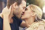 Líbání je jedním z nejdůležitějších měřítek, podle kterých byste se měla orientovat, když si vybíráte sexuálního partnera. Jakmile si totiž sednete v líbání, je dost pravděpodobné, že vám budou vyhovovat také jeho milostné praktiky. Polibek je klíčem a bránou k dalším něžnostem.