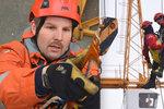 Tahání parkouristů i dělníků ze světlíků budov: Vladimír  (43) prozradil, jak vypadá práce lezce u hasičů