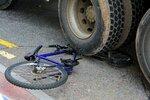 Seniorku na kole (†67) srazil u Chocně náklaďák: Policisté silnici uzavřeli