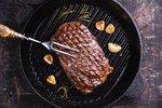 Grilovaný hovězí steak z roštěné: Jaká má být teplota uvnitř masa a čím zvýraznit chuť?