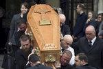 """""""Bourala bariéry, překračovala hranice"""". Na pohřbu zastřelené novinářky plakala i Mayová"""