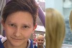Marek (12) vrací úder alopecii parukou z pravých vlasů. Jiní si tetují obočí