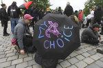 Demonstranti v Praze orodovali za zachování potratů. Jeden z nich skončil v poutech