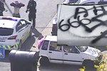 Ukázková spolupráce strážníků s kamerovým systémem. Takhle chytili autory hákového kříže
