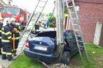 Šofér to na mokru neubrzdil: Po smyku trefil vůz v protisměru a přerazil betonový sloup