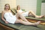 Máma, nebo starší sestra? Zedníčková s dcerou odhalily těla v sauně