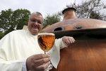 """Mniši po 220 letech """"vzkřísili"""" středověké pivo. Díky knize z 12. století"""