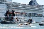 Obří výletní loď smetla v Benátkách malé plavidlo: Čtyři zraněné turistky