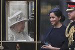 Královna ji donutila přijít?! Vévodkyně Meghan se 4 týdny od porodu přestala skrývat