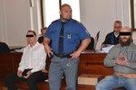 Otřesná vražda: Mladíka měli usmýkat za autem k smrti! Před soudem stojí expolicista s kumpánem