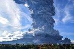 Panika turistů, mohutný dým a popel kilometry daleko. V Indonésii explodoval vulkán