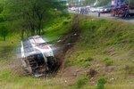Autobus plný fotbalistů skončil v příkopu, museli je vyprošťovat hasiči