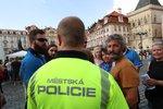 """Část mariánského sloupu už stojí na """"Staromáku"""". Strážníci zatarasili místo stavby, byla i rvačka"""