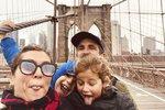 Šťastná rodina na Brooklyn Bridge, New York v USA