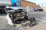 Vážná nehoda ve Vysočanech: Oba účastníci bouračky skončili v nemocnici