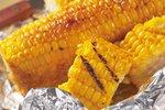 Grilovaná kukuřice s medem i v alobalu. Jak na to a musí se klasy nejprve předvařit?