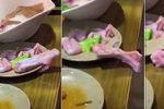 Šílenost v asijské restauraci: Hostům ze stolu utekl kus kuřecího masa