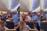 Pasažér Ryanair dal prý pěstí letušce, vyvedli ho jako kriminálníka. Není to pravda, hájí se