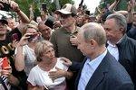 Rusky budou moci řídit traktor, vlak i továrnu. Do dolů a mezi hasiče dál nesmí