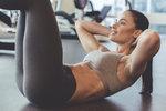 Přestože rýsování břišních svalů je hlavně výsledkem té správné diety, bez cvičení vytoužených výsledků nedosáhnete. Běžné sedy lehyale tentokrát vynechte a zaměřte se na cviky, které vám pomohou vydefinovat spodní část břišních svalů, kde se tuk drží nejdéle. U cvičení břicha vždy dbejte na správné dýchání a snažte se nezapojovat spodní záda.