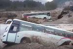 Autobus vjel do rozvodněné řeky: Sedmnáct mrtvých a desítky zraněných!
