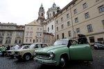 To je retro! Trabanty a wartburgy na Malé Straně připomínají 30 let od útěku východních Němců