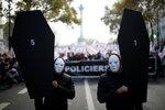 """Naštvaní policisté: Máme míň peněz, ale víc sebevražd. Paříží prošel """"pochod hněvu"""""""