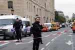 Policisty na stanici napadl muž vyzbrojený nožem: Zemřelo pět lidí včetně útočníka