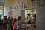 Cheeseburger a rybí karbanátky: Dětem v ostravské škole vařil kuchař bohatých šejků