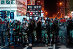 Hongkong opět bouří, policisté vytáhli obušky a slzný plyn. Mladík skončil pobodaný