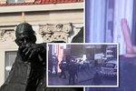 Na Janu Husovi se vyřádil turista (26): Sousoší »ozdobil« umělým pyjem
