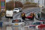 """Sever Anglie """"spláchly"""" přívalové deště. Velká voda uvěznila desítky lidí v obchoďáku"""