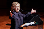 Hillary Clinton společně s dcerou propaguje jejich novou knihu.