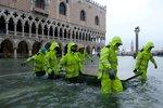 Záplavy v Benátkách: Voda je i v bazilice svatého Marka, starosta volá o pomoc