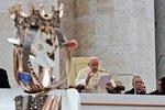 """Češi předali papeži Františkovi sv. Anežku. """"Zážitek na celý život,"""" rozplývali se"""