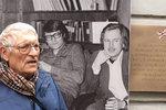 """Přednášel, i když nesměl. """"Podzemní"""" aktivity filozofa Julia Tomina (80) připomíná na Letné pamětní deska"""